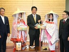和歌山県田辺市長及び紀州梅の会「梅娘」等による表敬-平成29年6月7日