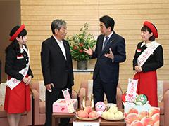 和歌山県紀の川市長等による桃の贈呈-平成29年7月24日