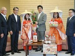 和歌山県田辺市長及び紀州梅の会「梅娘」等による表敬-平成28年6月6日