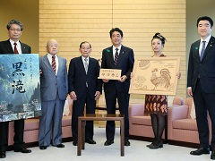 透かし彫り工芸士等による表敬-平成29年4月19日